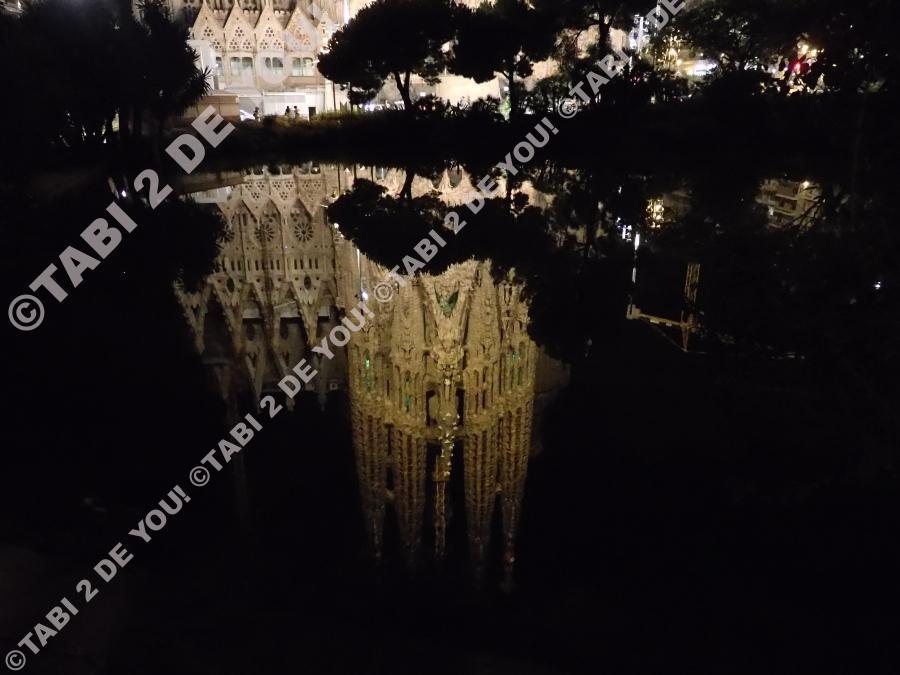 池に映っている教会。この夜は風がほとんどなかったので、綺麗に映っていました。