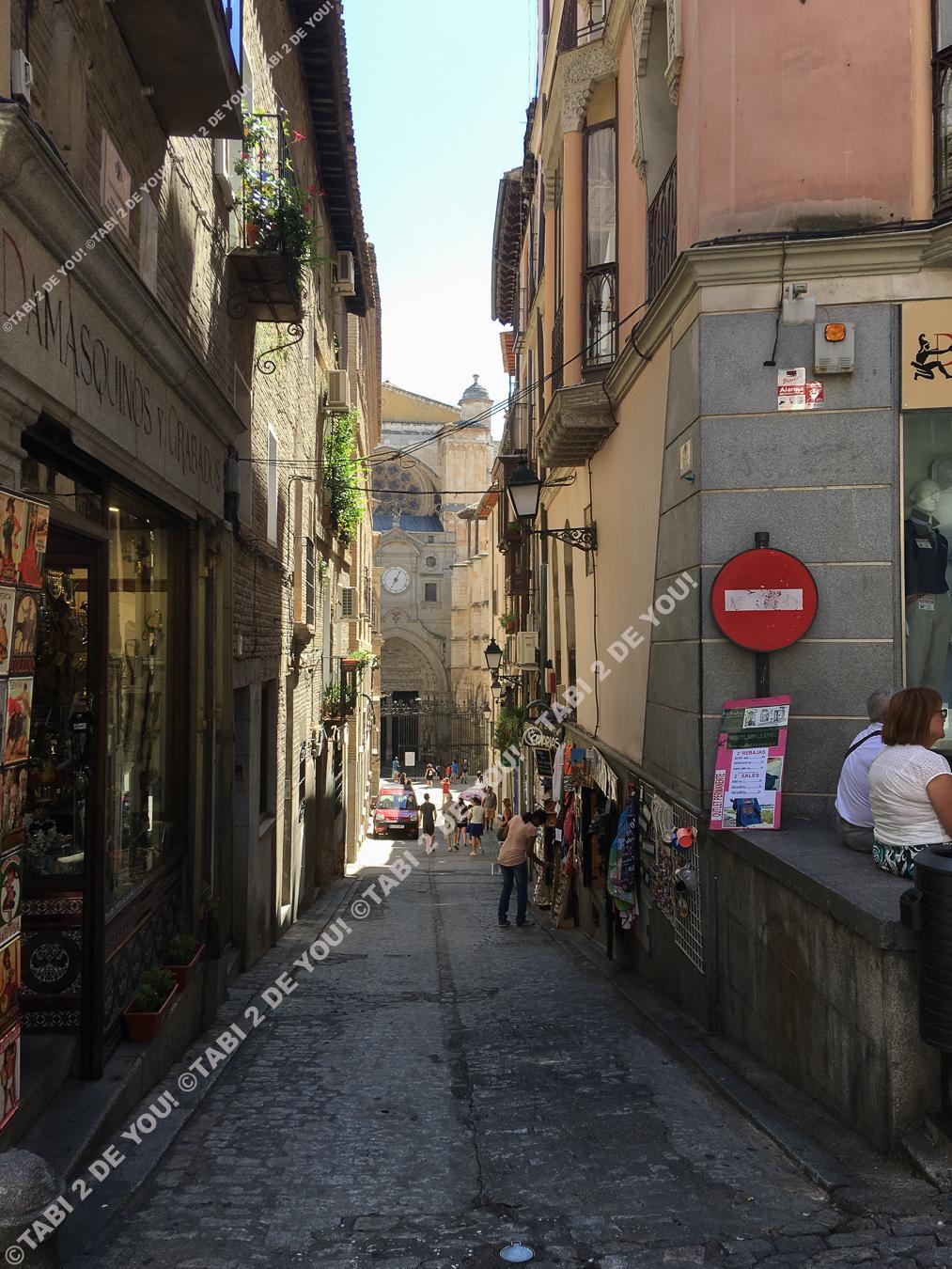 迷路のようなトレドの街並み。奥にカテドラルが見えます。