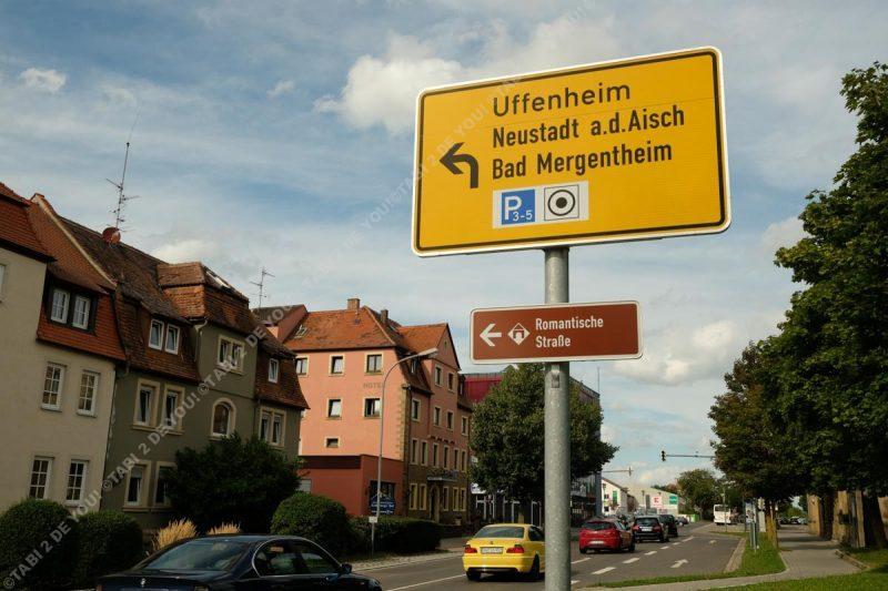 ローテンブルクにあるロマンティック街道の標識