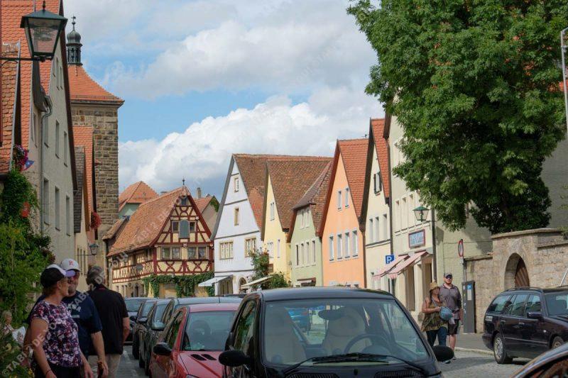 案外車が多いローテンブルクの街並み